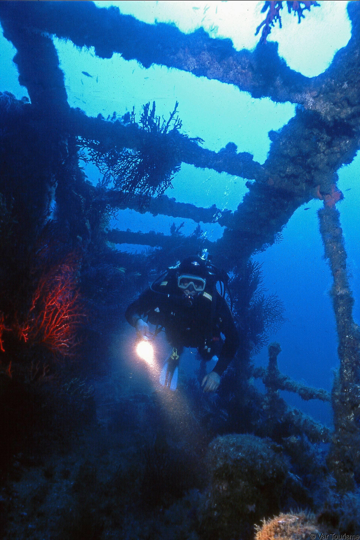Plongeur dans les coursives du Grec entre Porquerolles et Port Cros