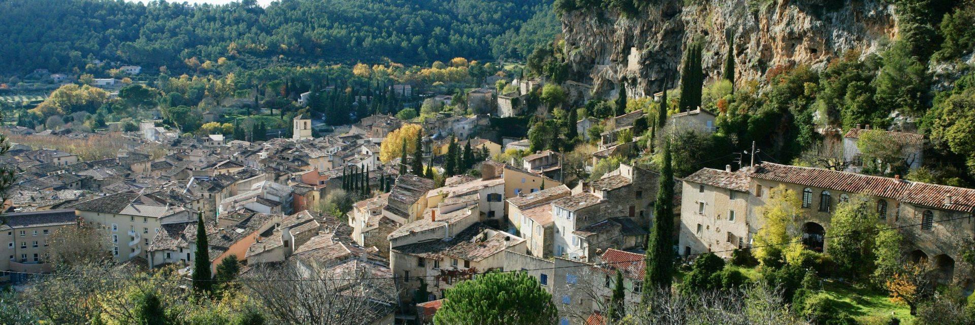 Le village et ses falaises