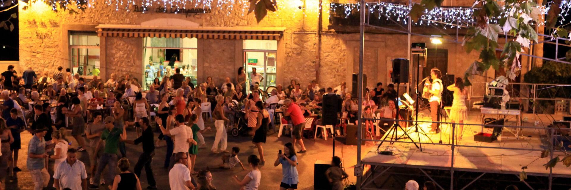 Soiree dansante sur la place du village à Fayence